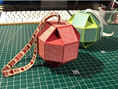 Weihnachtskugeln aus Karton