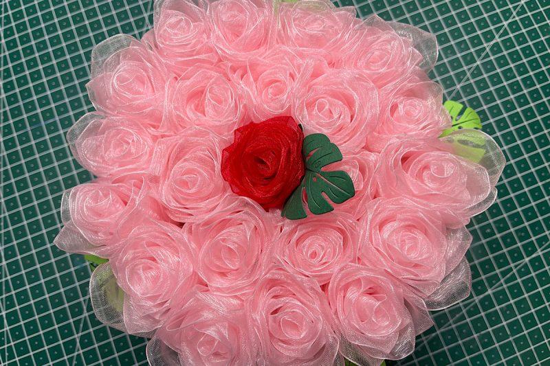 Rosenblütenfummelei aus Schleifenband